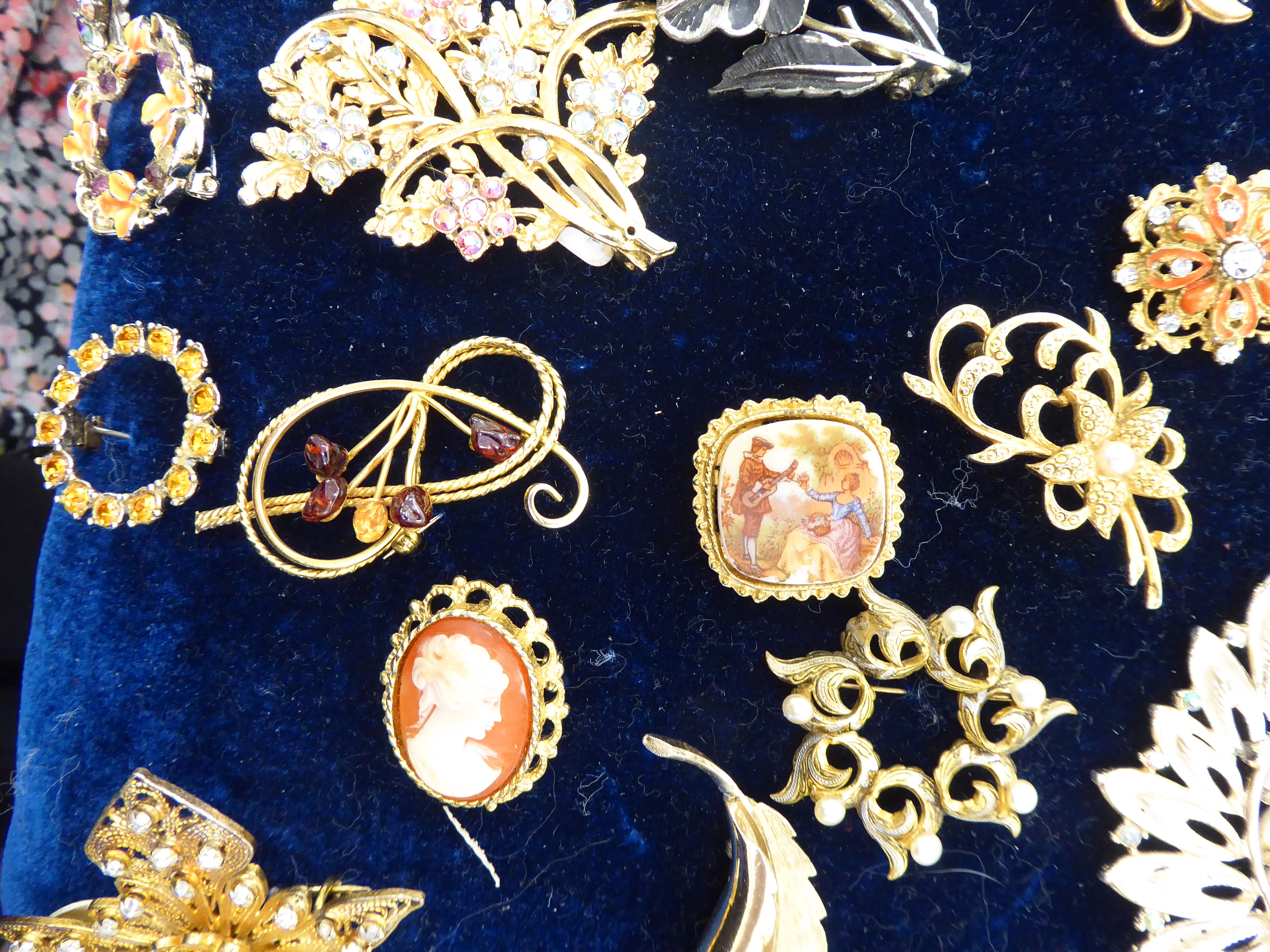 Lot 44 - Approximately fifty brooches of various forms and design,