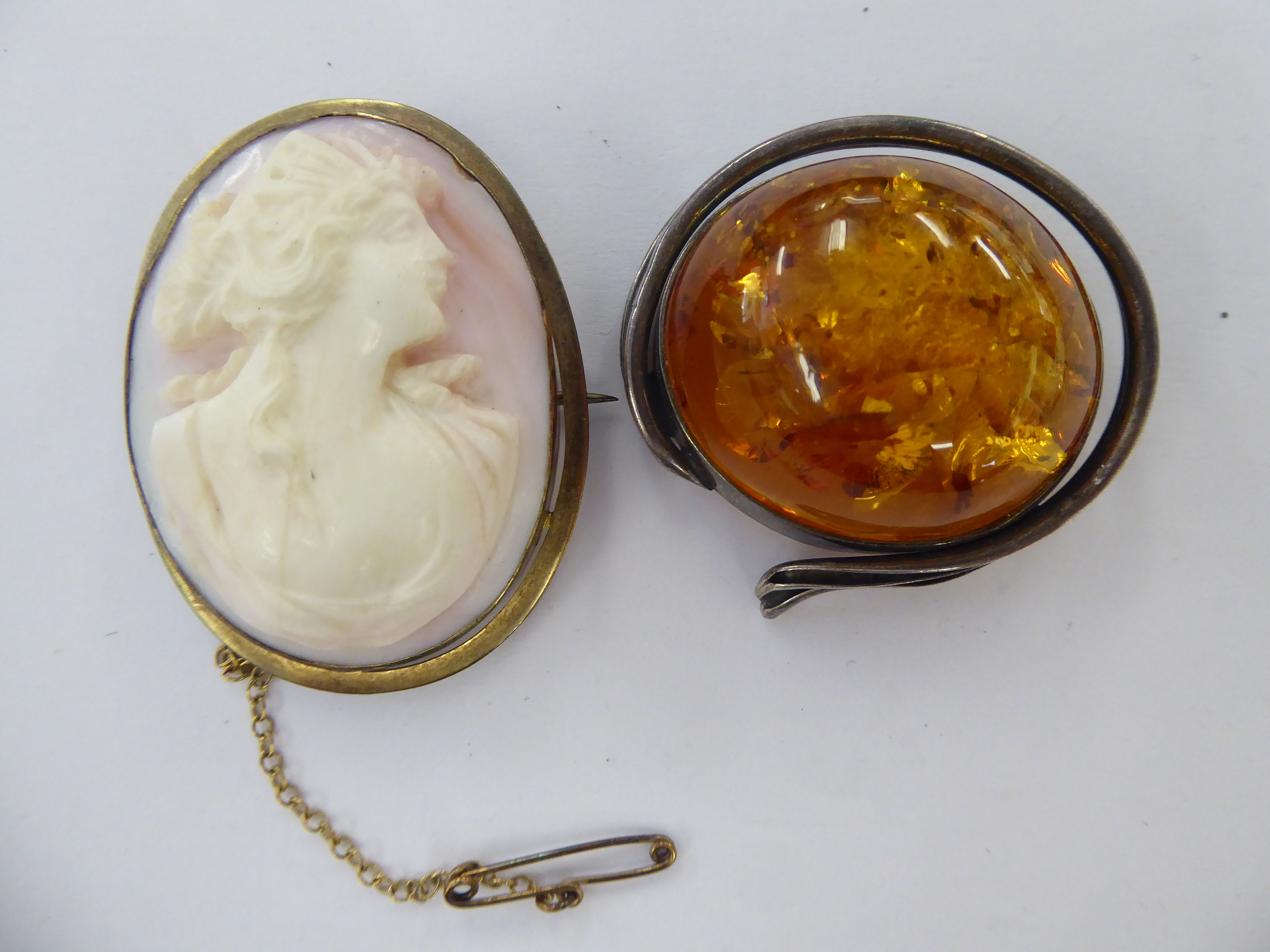Lot 4 - A late Victorian shell carved cameo brooch, depicting a profile portrait of a lady,