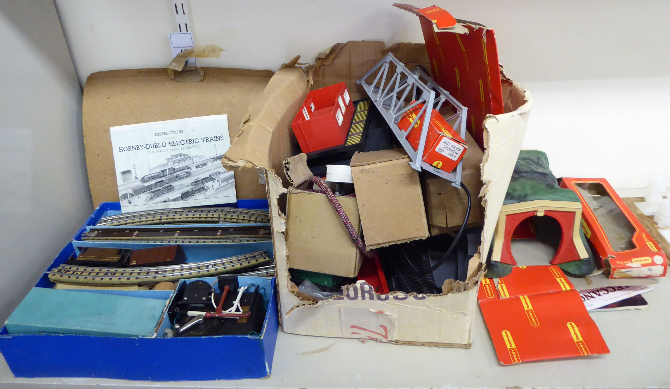 Lot 56 - A Tri-ang Hornby Dublo electric train set; and other components,