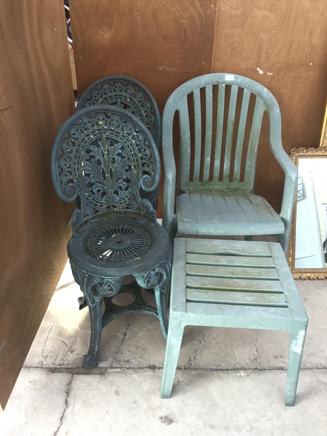 THREE PLASTIC GARDEN CHAIRS AND A TABLE.