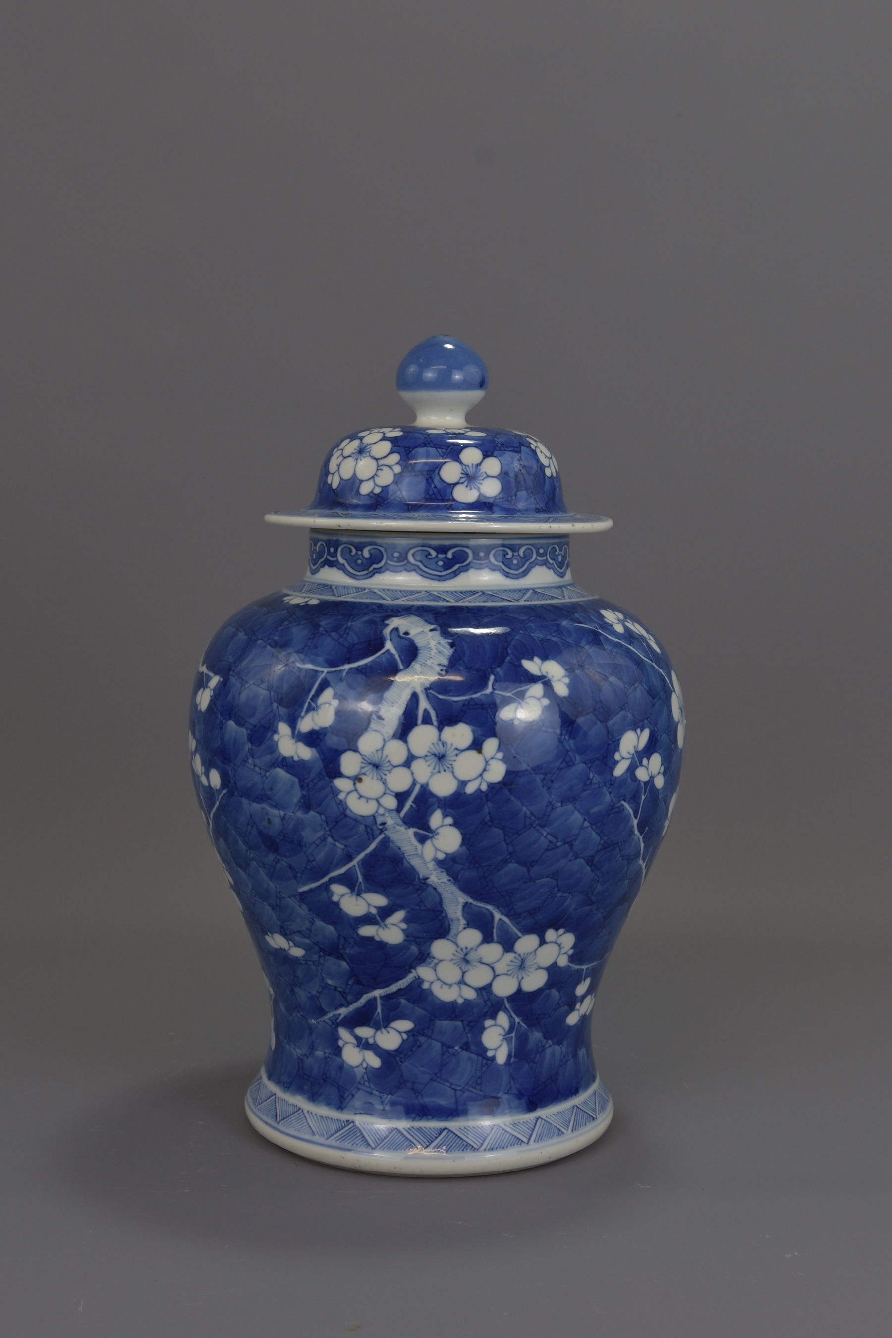 Lot 87 - A CHINESE KANGXI PERIOD BLUE AND WHITE PORCELAIN V
