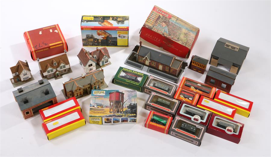 Lot 38 - Hornby, Triang and other OO gauge track, buildings and accessories (qty)