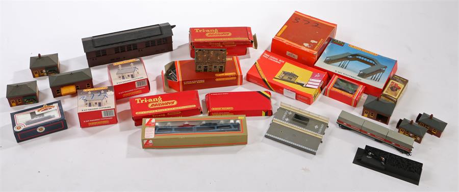 Lot 21 - Hornby, Triang and other OO gauge track, buildings and accessories (qty)