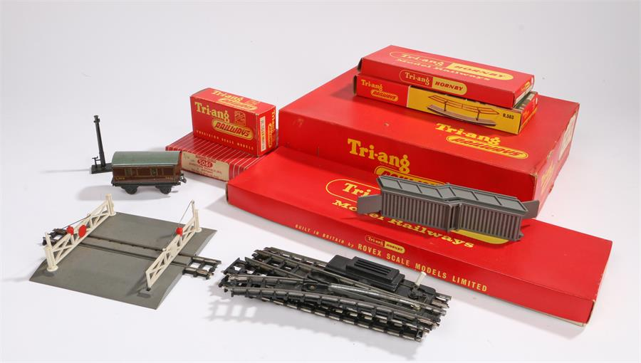 Lot 13 - Triang Hornby model railway accessories to include track, R583 platform pack, etc (qty)