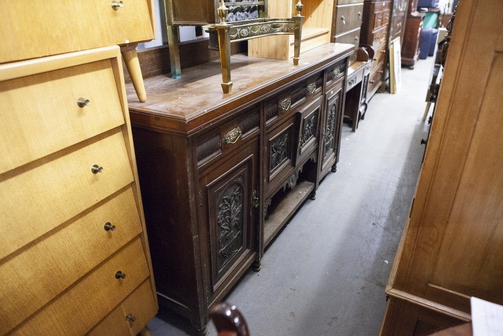Lot 19 - AN EARLY TWENTIETH CENTURY MAHOGANY SIDEBOARD, RAISED BACK, ONE LONG AND TWO SHORT DRAWERS, ONE