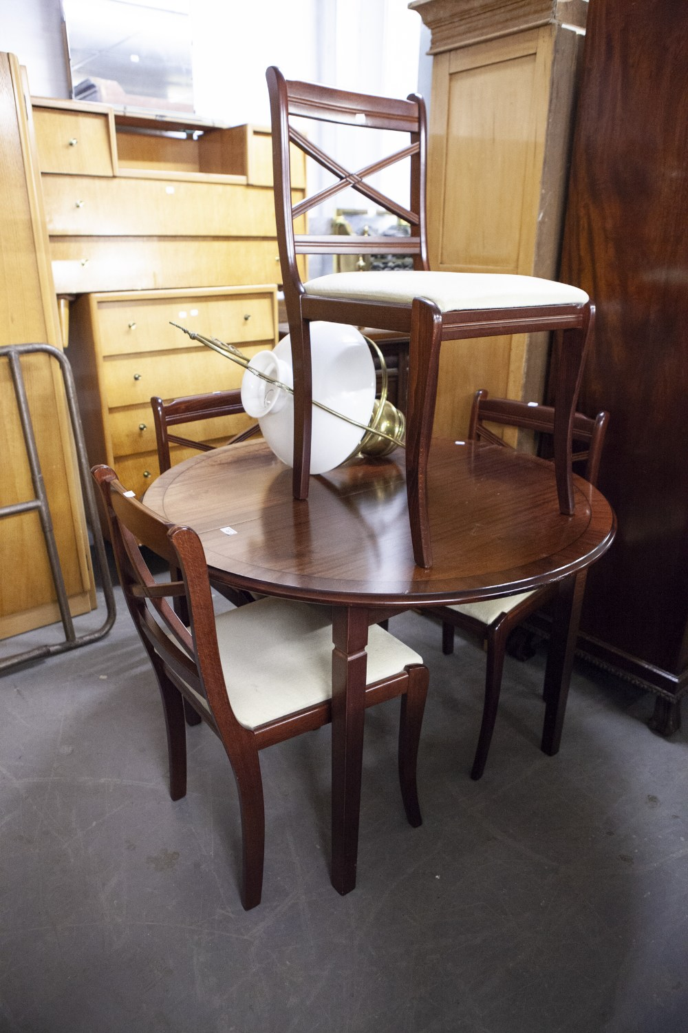Lot 45 - A SET OF FOUR REGENCY STYLE MAHOGANY SINGLE CHAIRS, ON SABRE FRONT SUPPORTS AND THE MAHOGANY