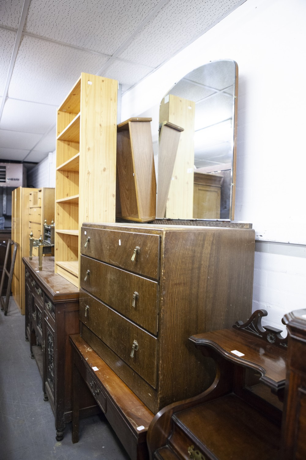 Lot 42 - AN EARLY TWENTIETH CENTURY OAK DRESSING CHEST, SHAPED MIRROR OVER THREE LONG DRAWERS, MODERN PINE