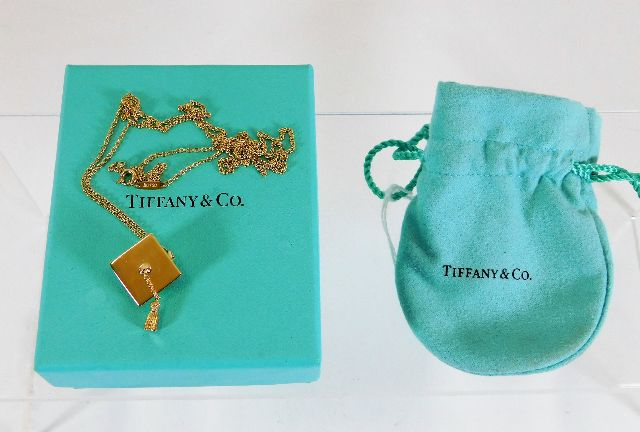 Lot 472 - A Tiffany 18ct gold graduation necklace & mortarbo