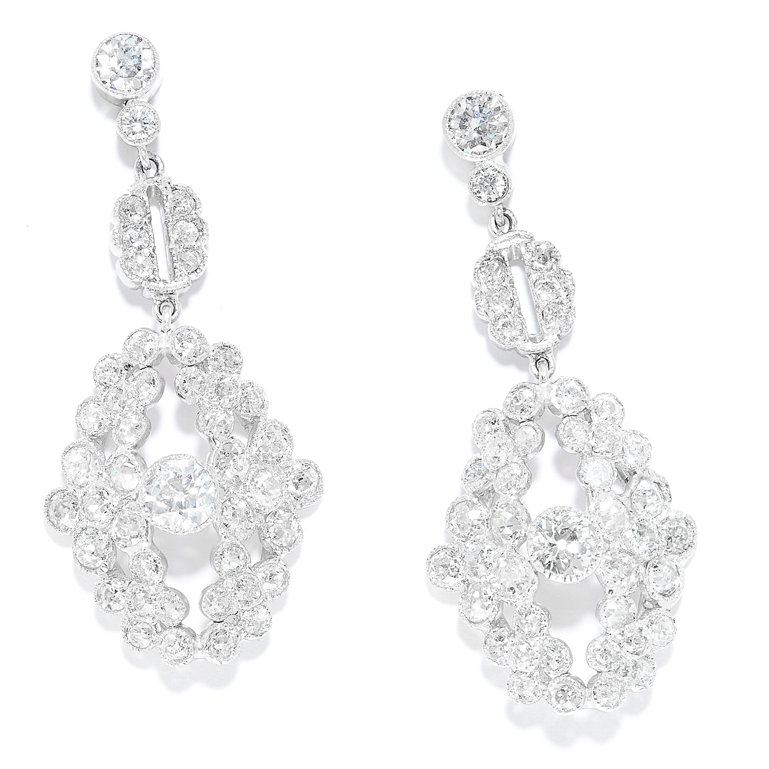 Los 33 - ANTIQUE DIAMOND EARRINGS in 18ct white gold, each set with a principal old cut diamond between