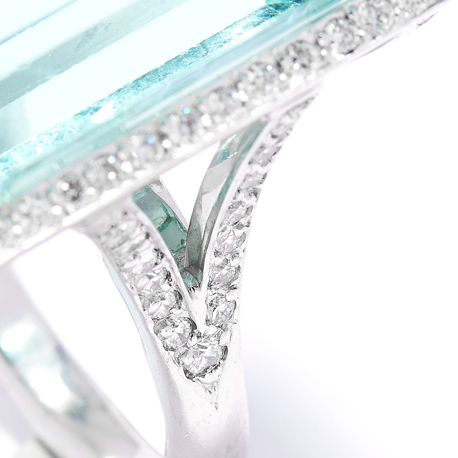 66.00 CARAT AQUAMARINE AND DIAMOND COCKTAIL RING in 18ct white gold, set with an emerald cut - Bild 2 aus 2
