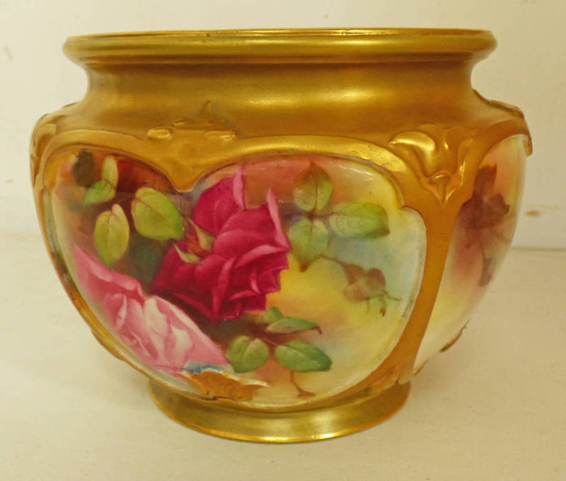 Lot 3031 - EARLY 20TH CENTURY ROYAL WORCESTER BOWL DECORATED WITH ROSES - 11 CM TALL