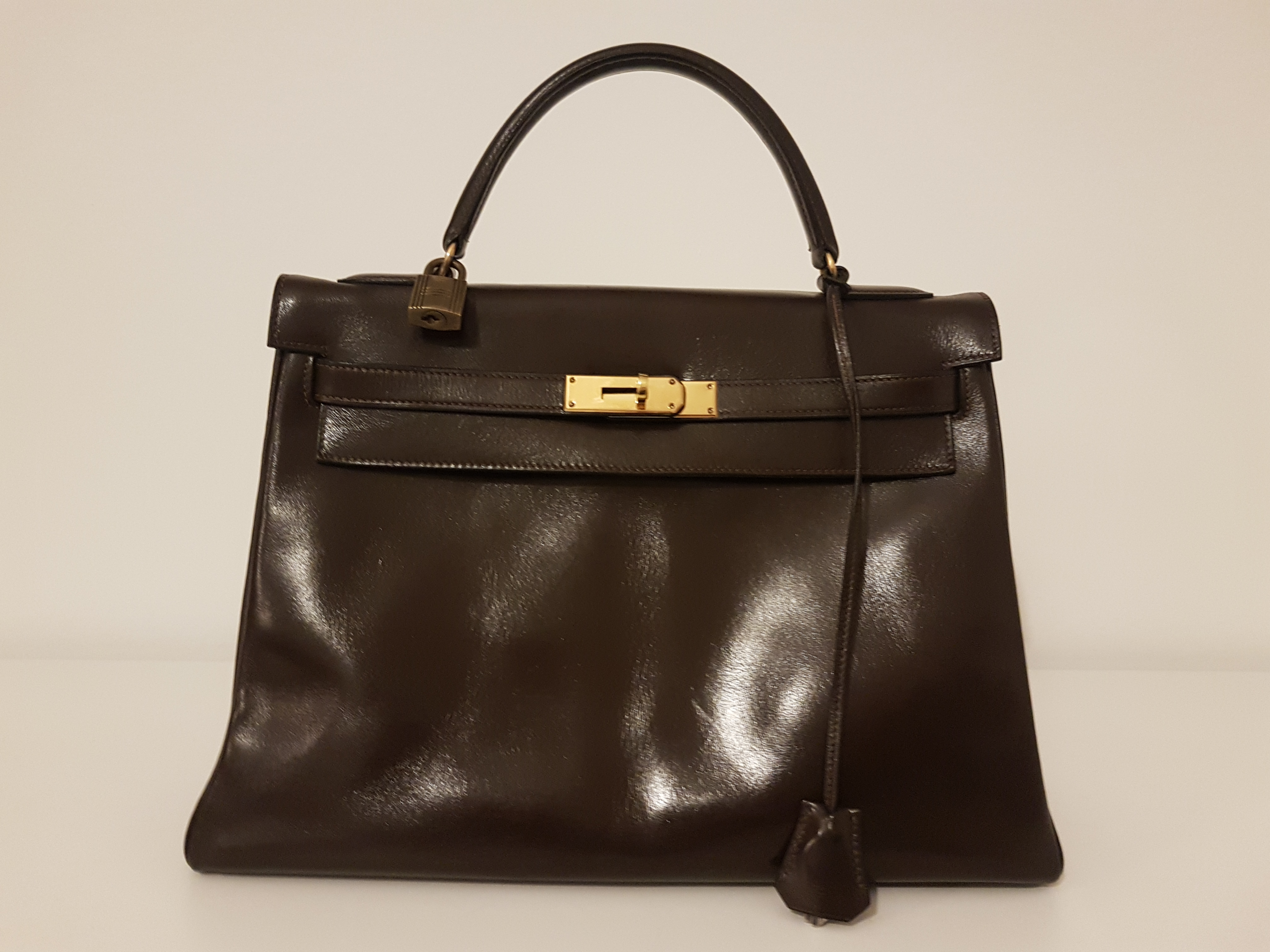 "Lot 57 - Handbag from Hermes, model ""Kelly 32"", bag in brown leather, Padlocks & bells & keys [...]"