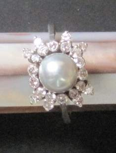 Lot 35 - 18ct white gold big pearl and diamond ring - gross weight: 4 g - - Bague or blanc [...]