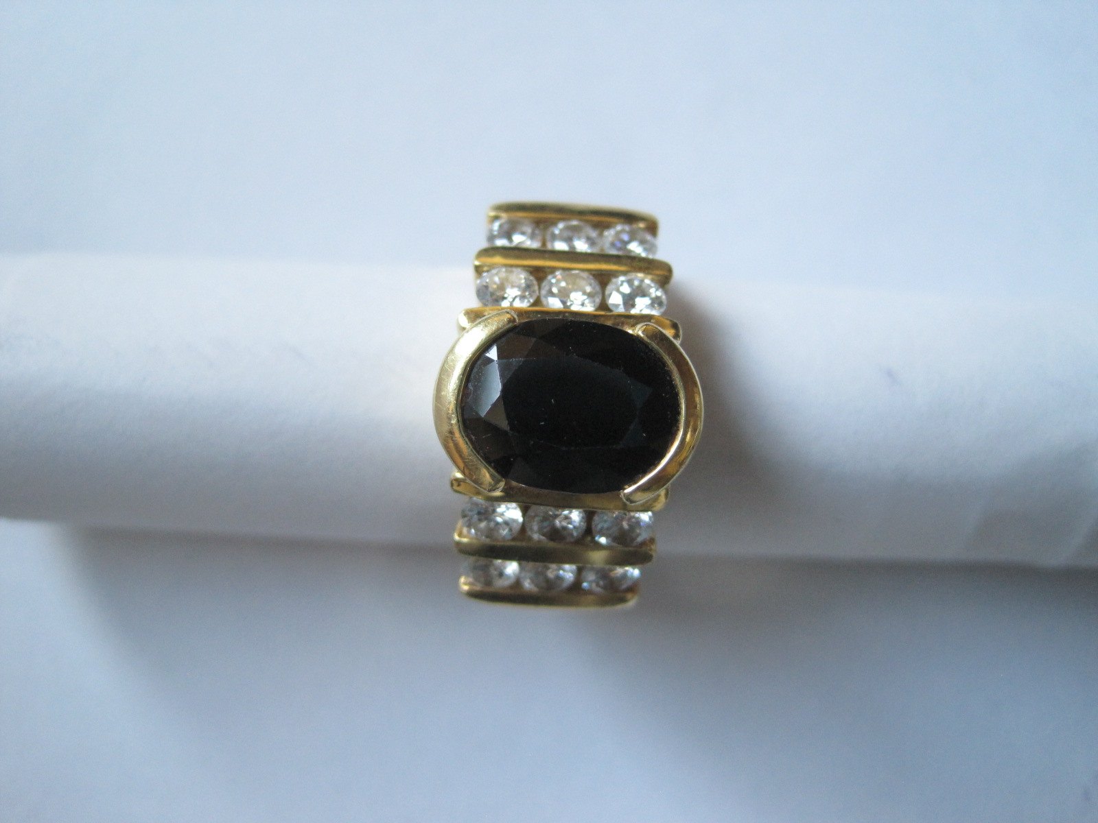 Lot 48 - Yellow gold ring set with a sapphire (9.7 x 7.5 cm approximately 3.5-4 ct) oval [...]