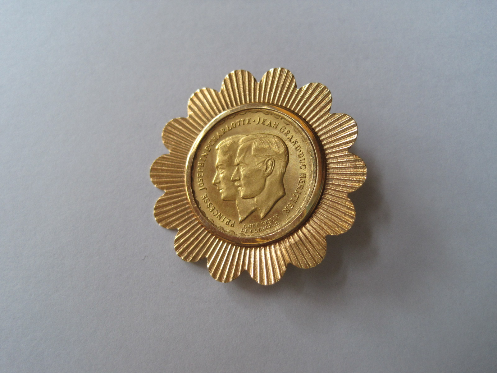 "Lot 50 - Gold coin of 20 francs 1953 mounted in 18ct gold brooch: ""Wedding of Princess [...]"