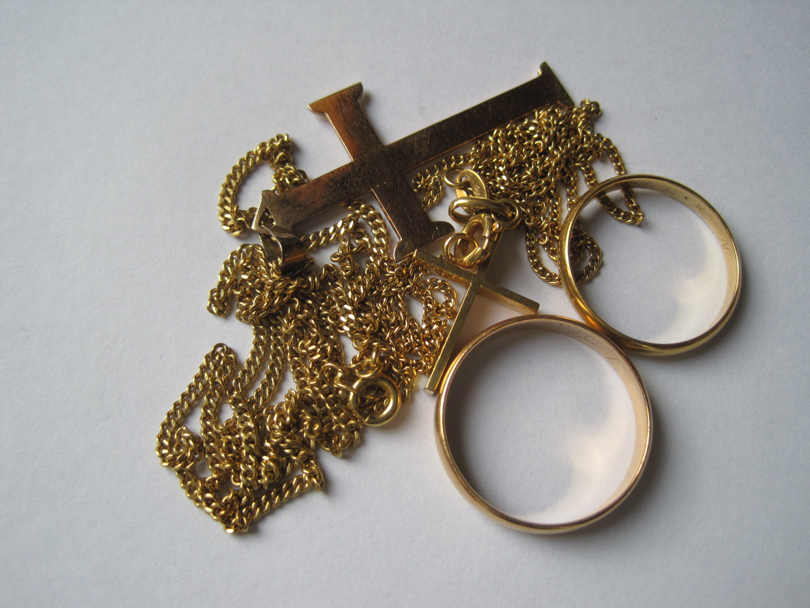 Lot 40 - Set of 2 gold chains with cross and 2 gold wedding rings - Net weight: 14 g - - [...]
