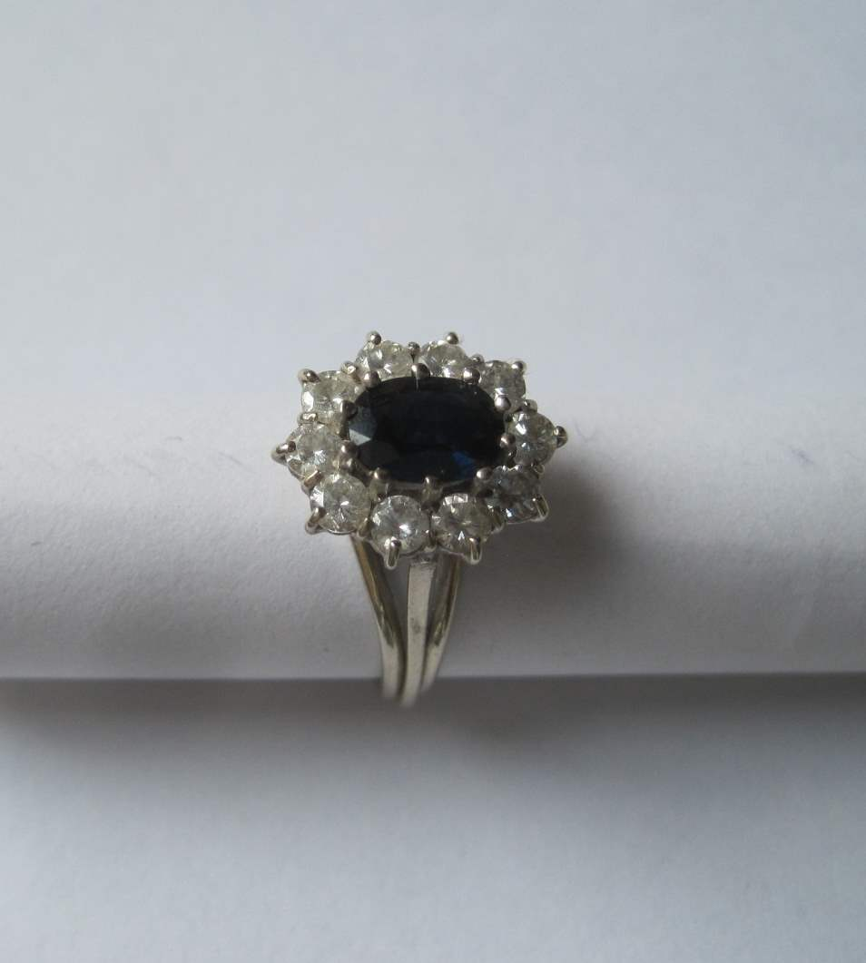 Lot 32 - White gold fiancaille ring, oval sapphire (7 mm) surrounded by 10 diamonds, old [...]