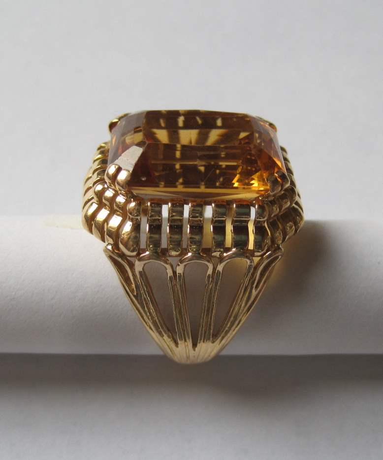 Lot 36 - Ring of the 30' in yellow gold (8 gr) and large champagne artificial stone, the upper [...]