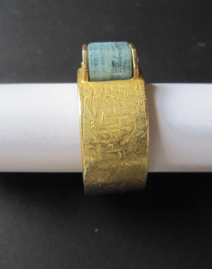 Lot 31 - 18 ct yellow gold and hard stone ring, contemporary creation - Gross weight: 10 g - [...]