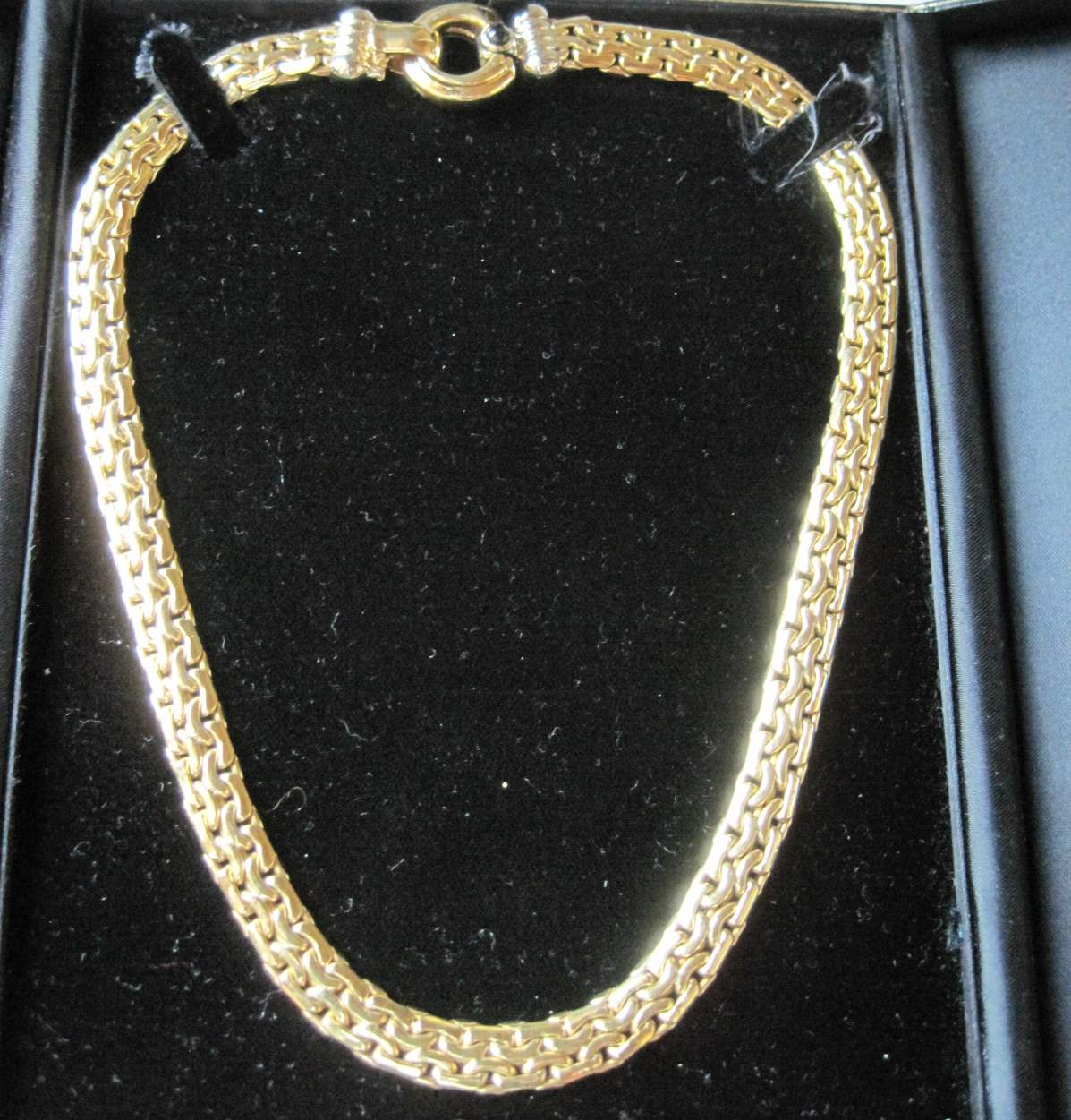 Lot 42 - 18 kt yellow gold necklace in case - Net weight: 46 g - - Collier en or jaune 18 ct [...]