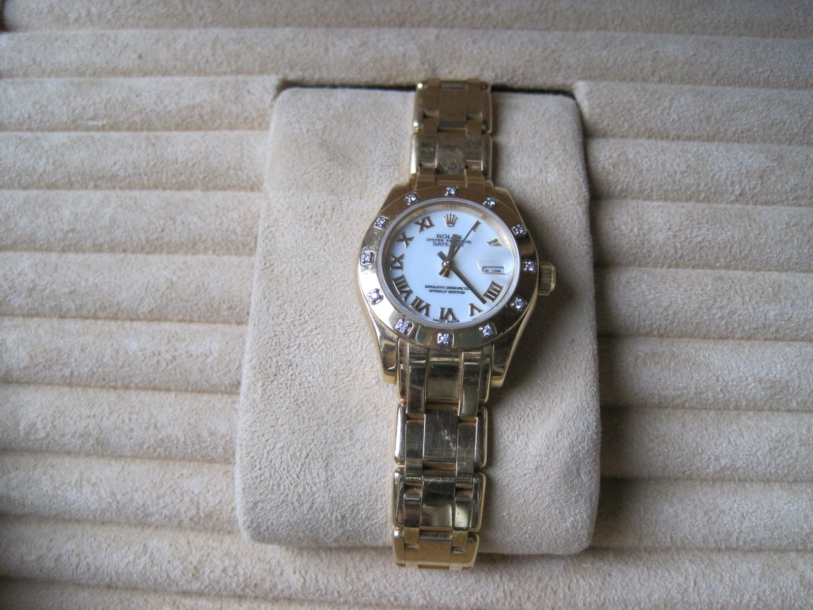 Lot 47 - ROLEX Oyster Perpetual Lady DateJust Chronometer watch in 18ct yellow gold, bezel set [...]