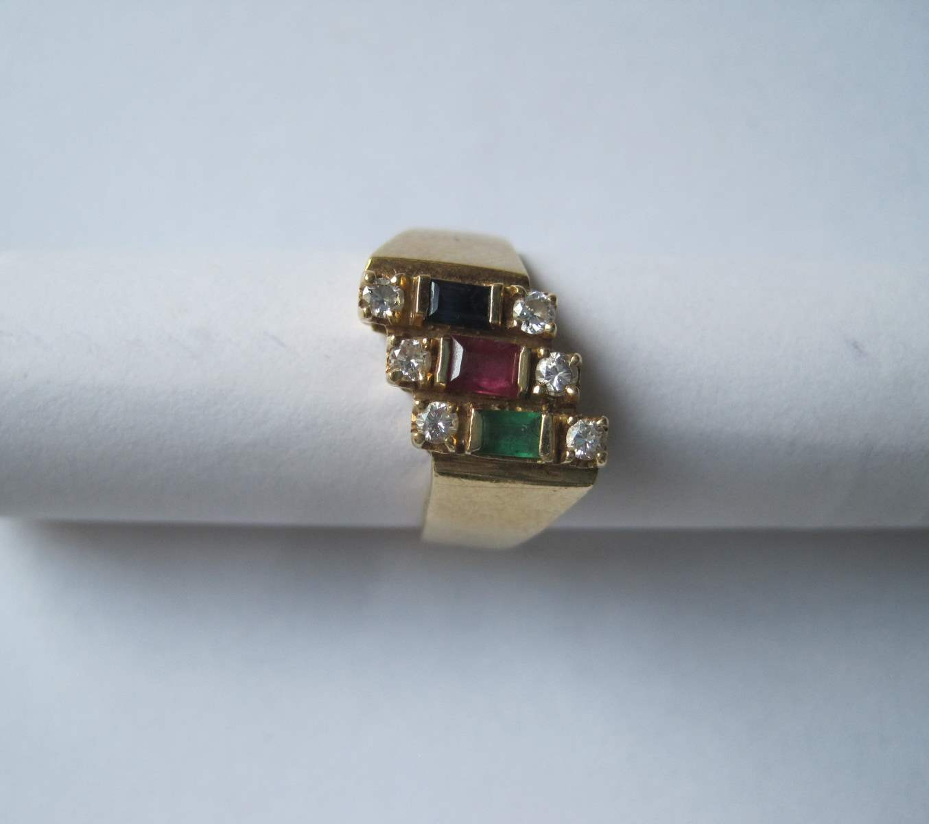 Lot 22 - Gold 18ct gold ring with 3 rows of stepped stones of 2 diamonds: ruby, sapphire, [...]