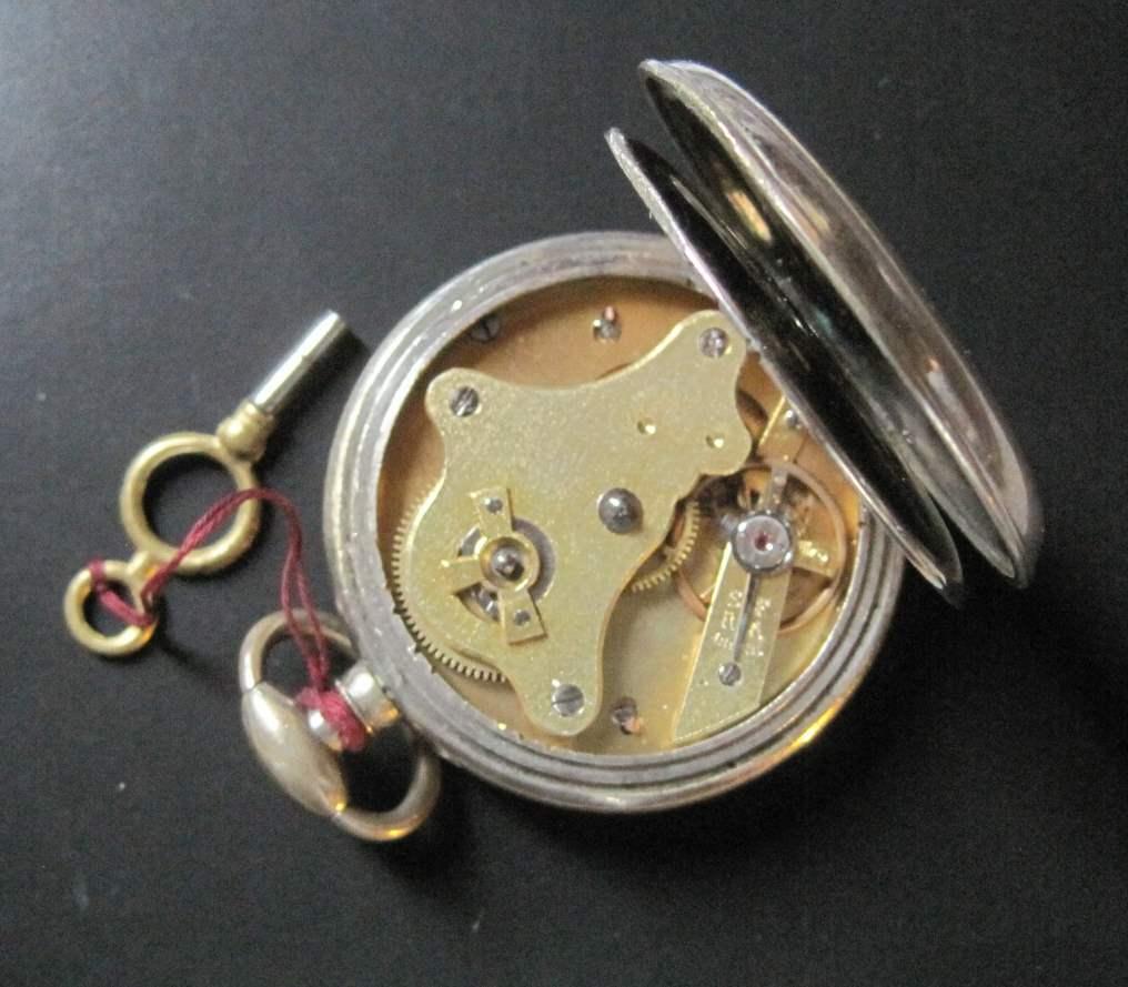 Lot 1 - Steel pocket watch with key winder, circa 1880, diameter: 4.5 cm - - Montre gousset [...]