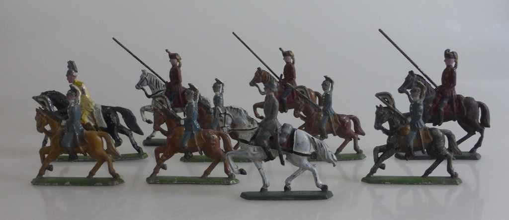 Bleisoldaten um 1920, 13 militärische Reiterfiguren, tlw. besch., h. 6cm - 7,5cm- - -18.00 % buyer's