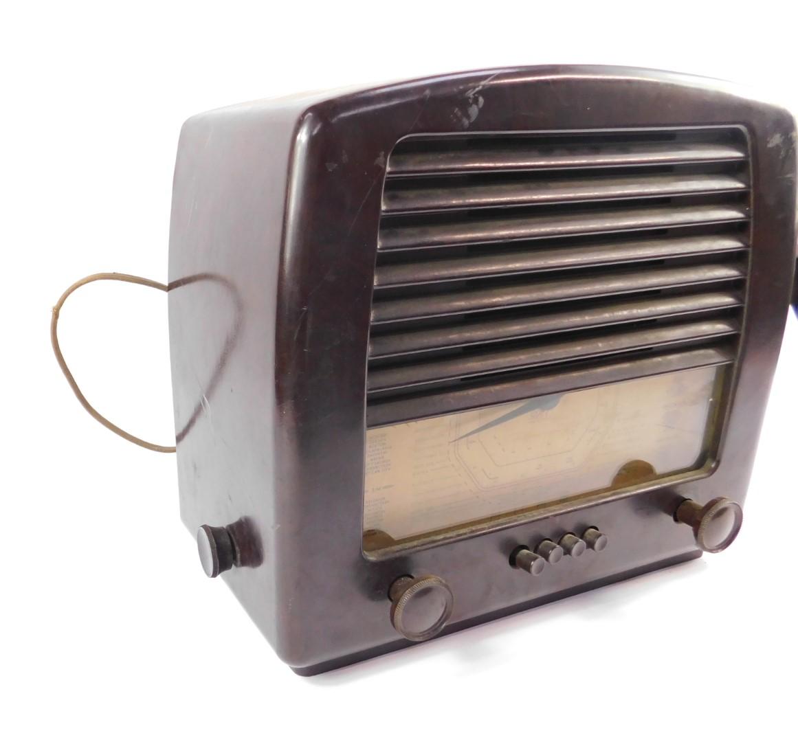 A GEC brown bakelite radio, Cat No BC4650L, Inst. No KX1945, 34cm H, 37.5cm W. - Image 3 of 5