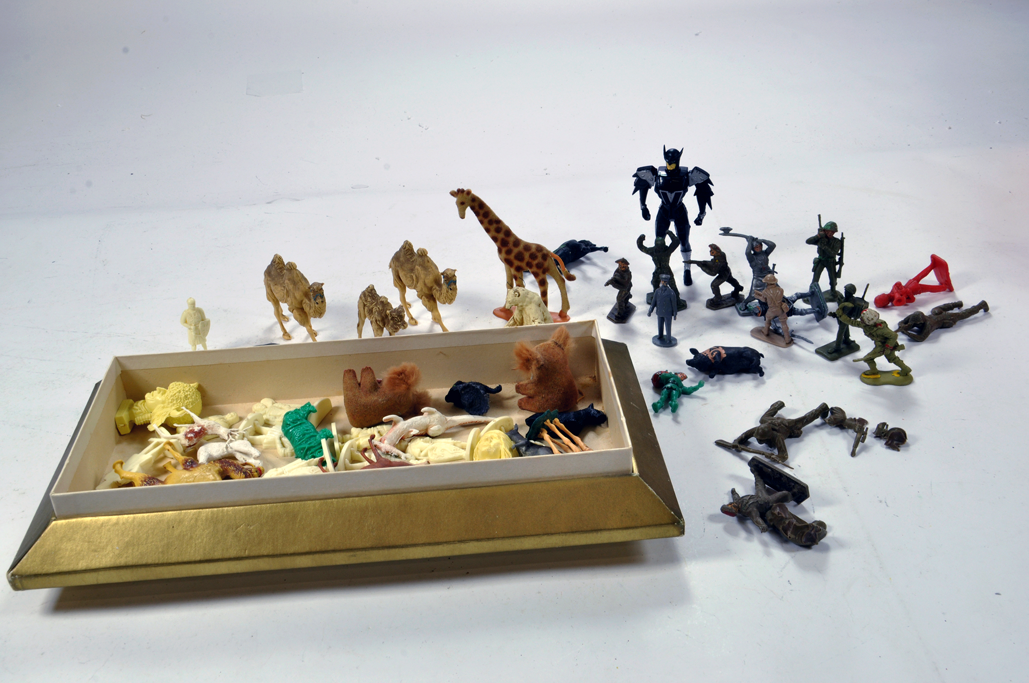 Lot 1083 - Assorted metal and plastic figure group. Various makers and issues. F to G.