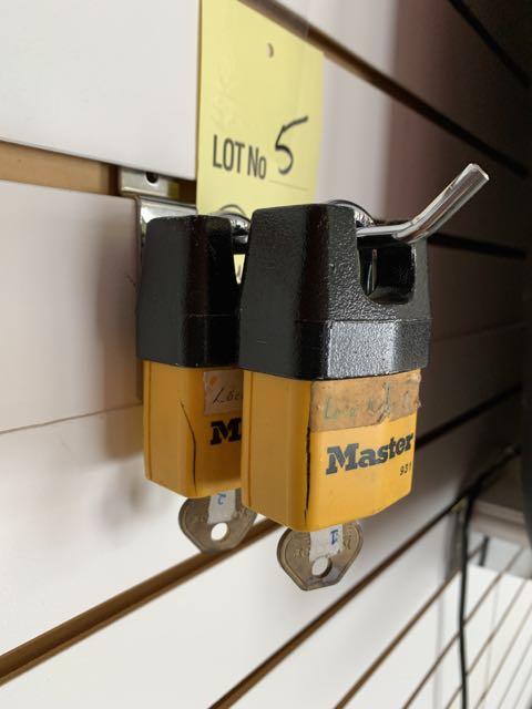 (2) Master Locks - cadenas