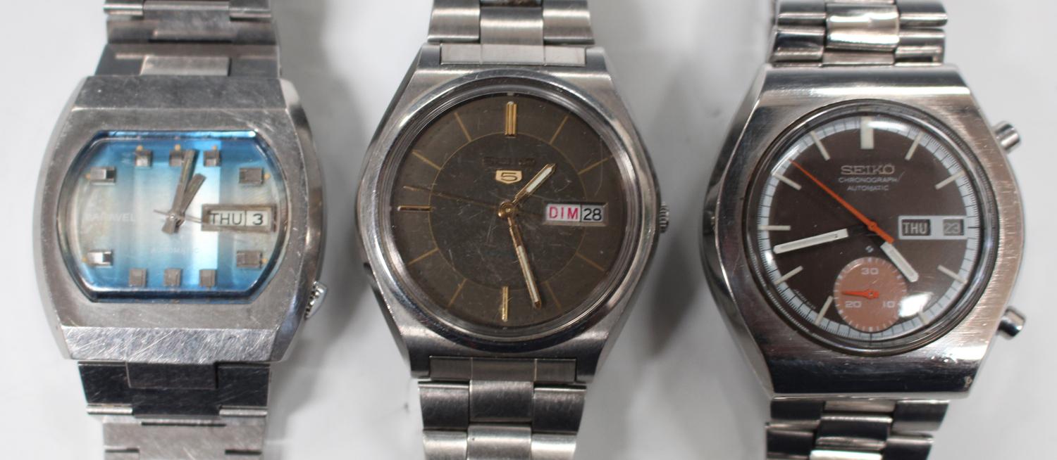 Lot 1024 - A Seiko Chronograph Automatic steel gentleman's bracelet wristwatch, the signed brown dial with
