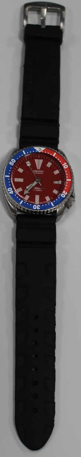 Lot 1027 - A Seiko Automatic Diver's wristwatch, the signed red dial with date-of-the-month aperture, white