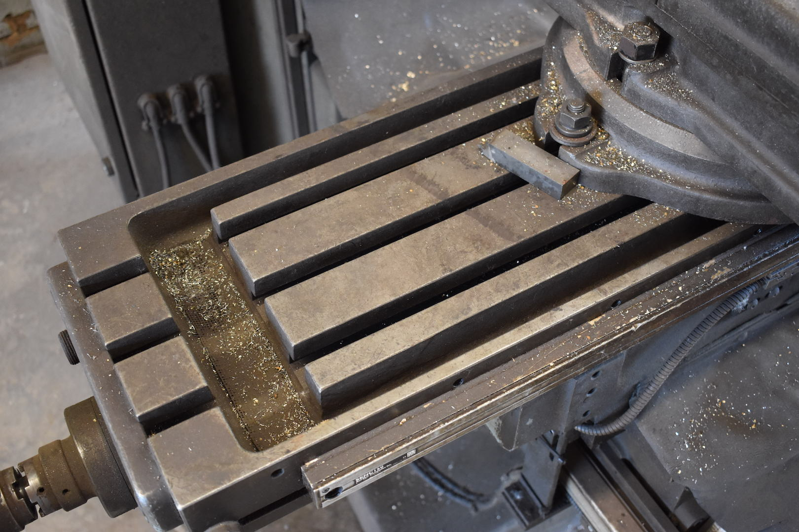 Lot 84 - Gorton 2 HP Model 1-22 Mastermil Vertical Milling Machine, S/N 49726, 10 in. x 42 in. T-Slot