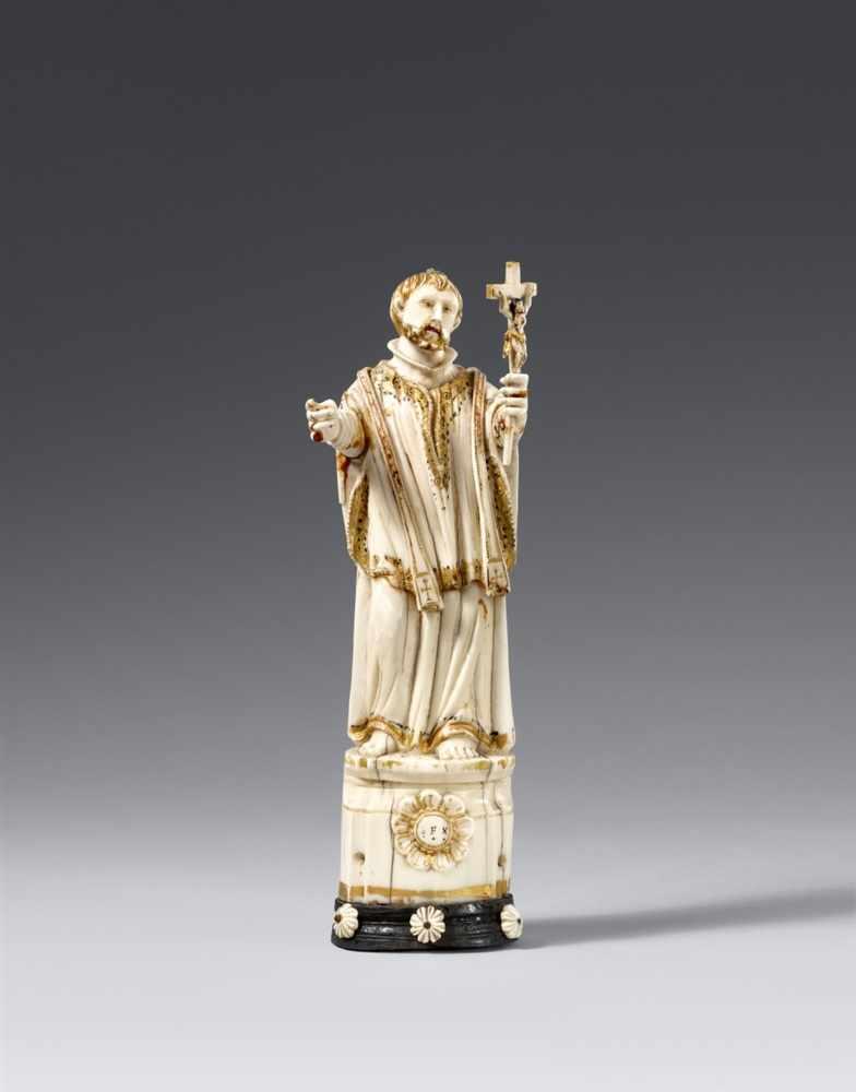 Lot 1268 - Goa 18. JahrhundertHl. Franziskus Xaverius Elfenbein, vollrund geschnitzt, zugehörige hölzerne