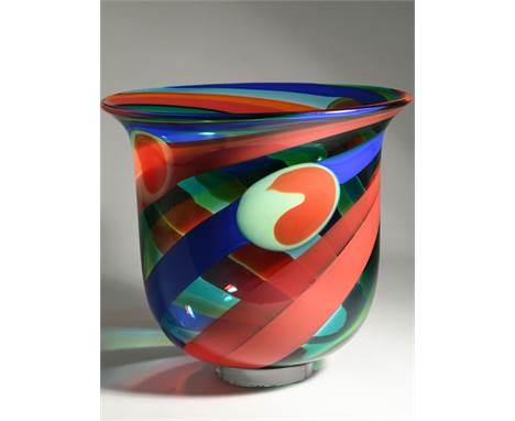 """Vase """"Cyklon"""", Entwurf Berit Johansson (*1945), Salviati / Murano, 1992. Muranoglas mit spiralförmig eingeschmolzenen Bände"""