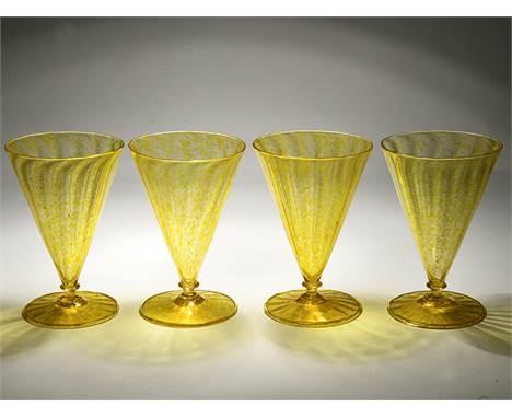 4 Kelchgläser, Barovier & Toso, Murano, Italien, 20. Jh. Farbloses Glas mit gelb gesprenkelten Farbeinschlüssen und Goldsta