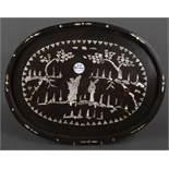 Ovales Tablett. Wohl England 19. Jh. Massivholz, mit Perlmutteinlagen, H=3 cm, B=45,5 cm, T=35 cm.
