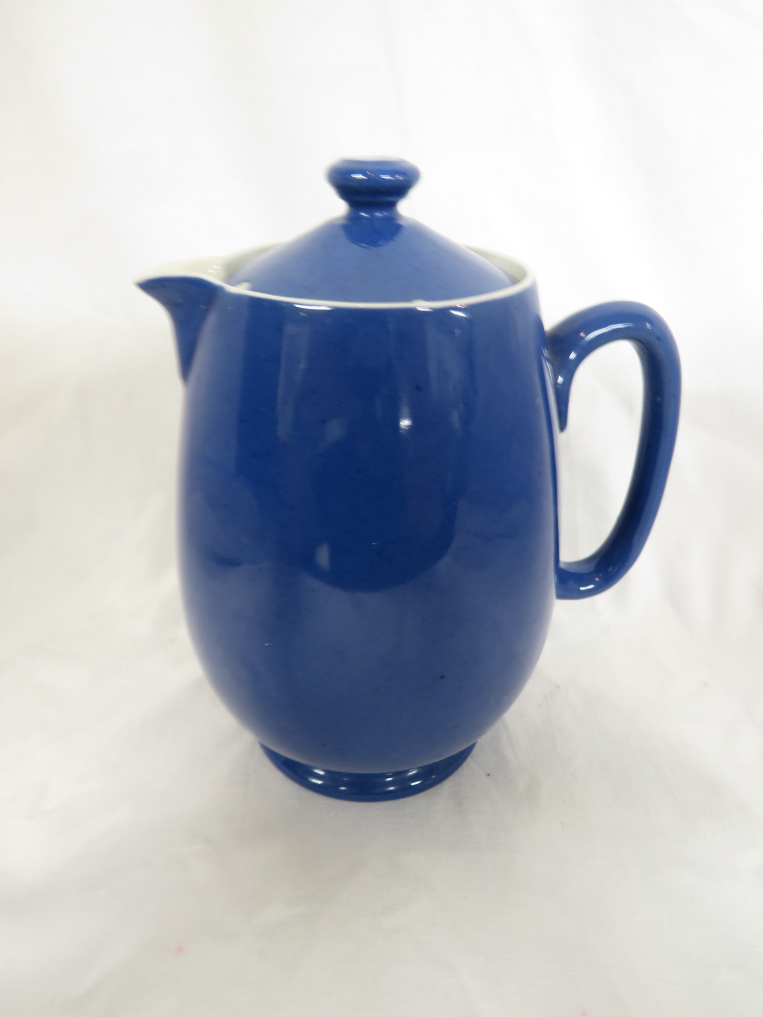 Lot 90 - Moorcroft pottery powder blue coffee pot (height 21.5cm) and hot water jug (height 18cm)