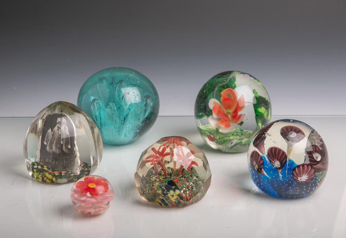 Lot 2 - 6 Glaskugeln bzw. Briefbeschwerer (wohl 20. Jahrhundert), florales Dekor, teils m.gezogenen