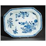 A CHINESE BLUE AND WHITE PORCELAIN TRAY Porcelain. China, Qing dynasty, 18th centuryAn octagonal