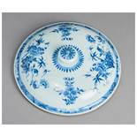 A FINE PORCELAIN LID FOR A LARGE VASE Porcelain with underglaze blue painting. China, Qing dynastyAn