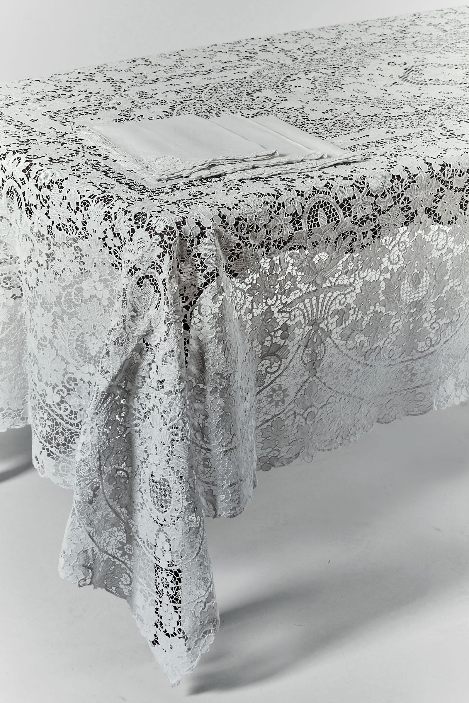 Importante tovaglia in lino interamente ricamata in pizzo di Burano. XX secolo, - - [...]