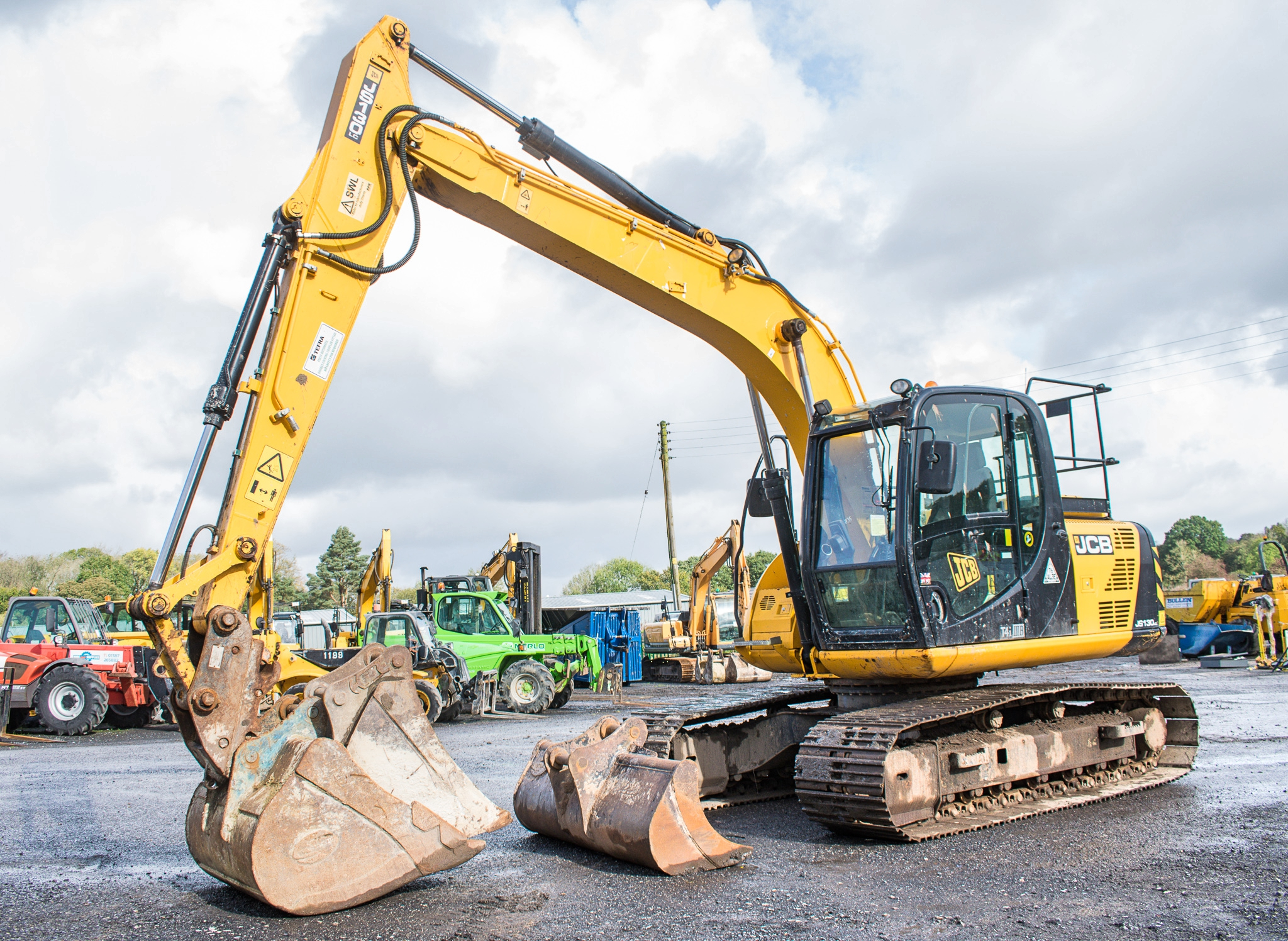 Lot 3 - JCB JS130 LC 14 tonne steel tracked excavator Year: 2015 S/N: 2441322 Recorded Hours: 5921 auxillary