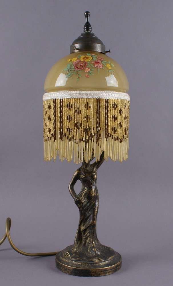 jugendstil perlenlampe zarte lampe mit glasschirm und perlenbehang gehalten von einer elegant ge. Black Bedroom Furniture Sets. Home Design Ideas