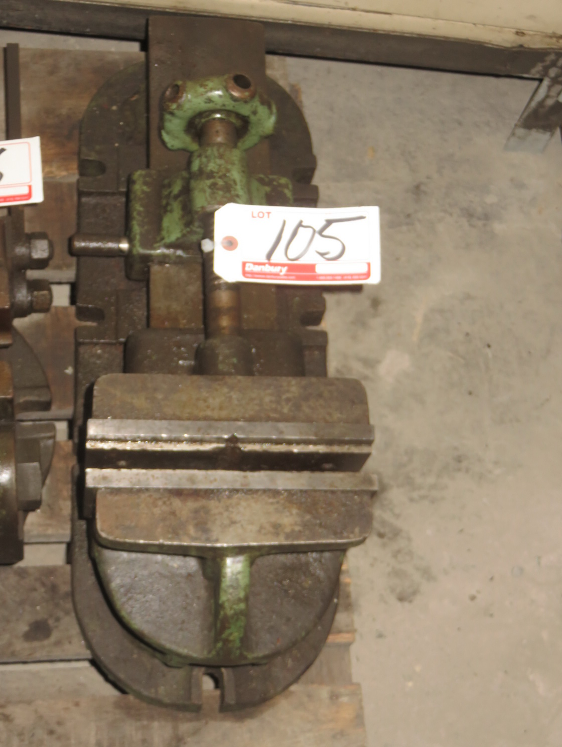 "Lot 105 - UNIVERSAL GREEN 8.5"" W/ MACHINE VISE"