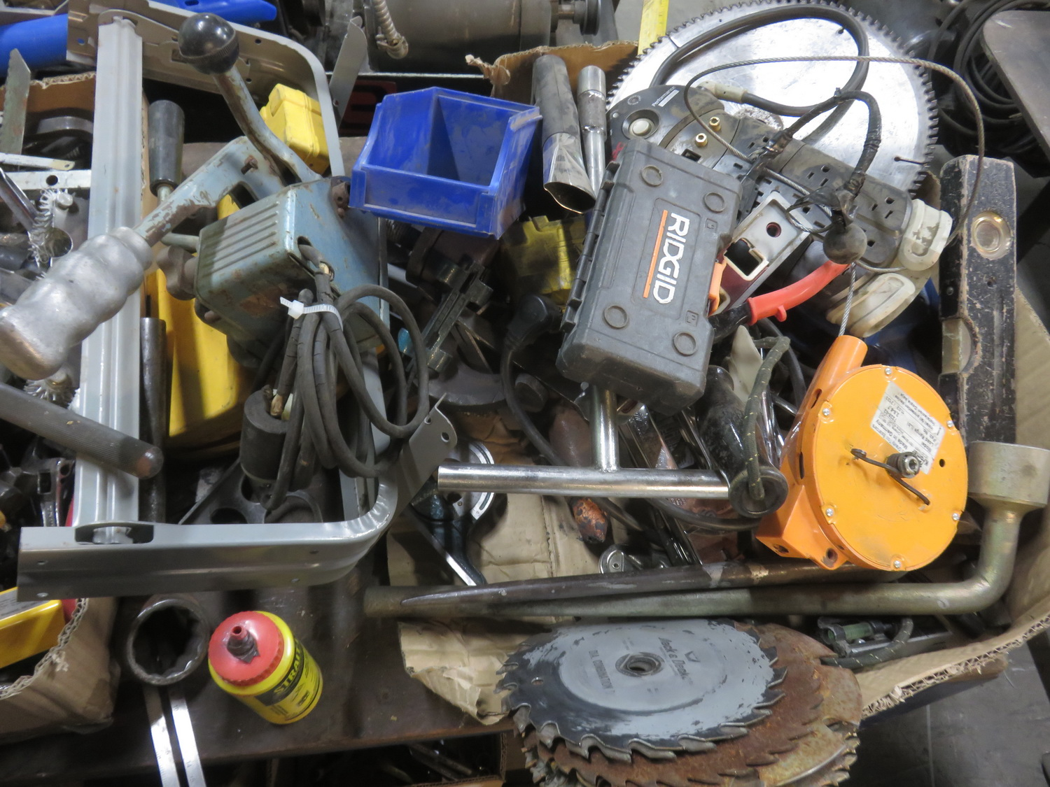 Lot 31 - LOT - SAW BLADES, KNIVES, PAPER STAND + ACCESSORIES