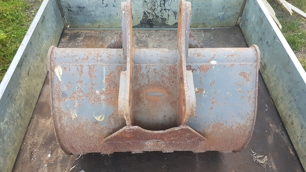 Lot 37 - 1m digging bucket, vgc with small amount of use, minimal wear to teeth and bushings.