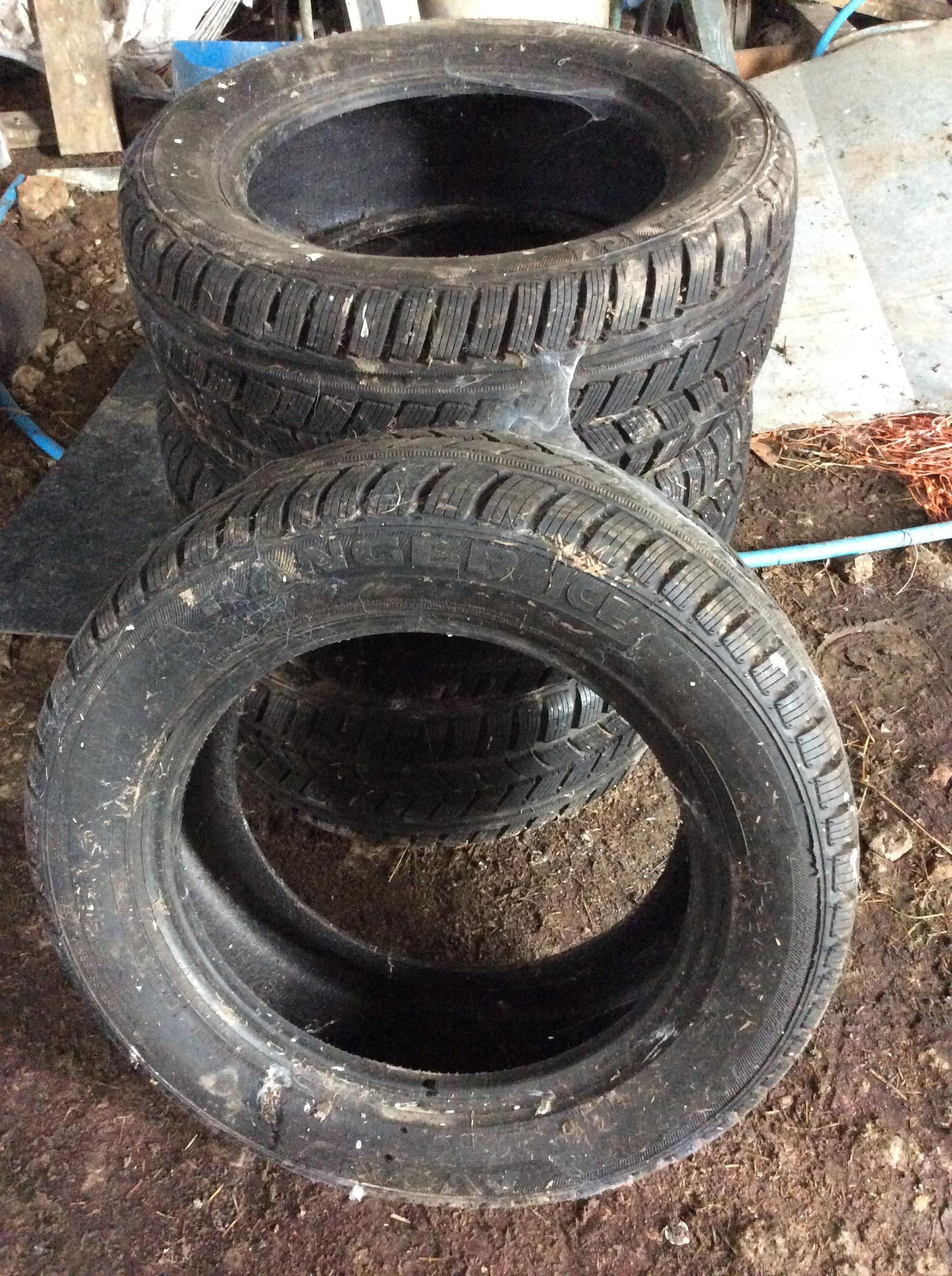 Lot 17 - 235/55R17 winter tyres,