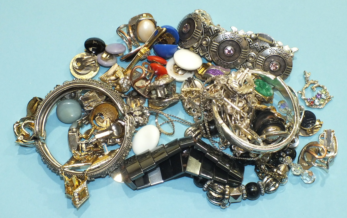 Lot 234 - A quantity of costume jewellery.